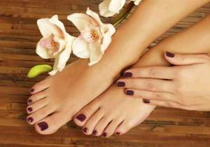 Fed up of stinky feet during summer? Foot powder, lavender oil, anti-perspirant and vinegar can come to your rescue, says an expert. Preeti Seth, wellness expert at Pachouli Spa and Wellness Destination, has shared some simple tips to keep stinky feet at bay.- India Tv