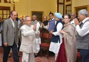 President Pranab Mukherjee greeting the opposition leaders present at the President's house.