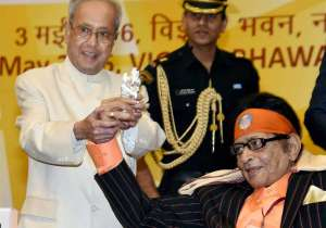 Manoj Kumar with President Pranab Mukherjee- India Tv
