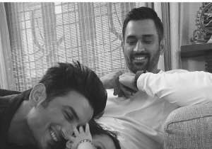 Baby Ziva playing with Sushant Singh Rajput as daddy Dhoni- India Tv