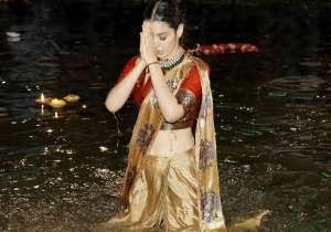 Kangana also took a dip into the waters of the Holy Ganga.
