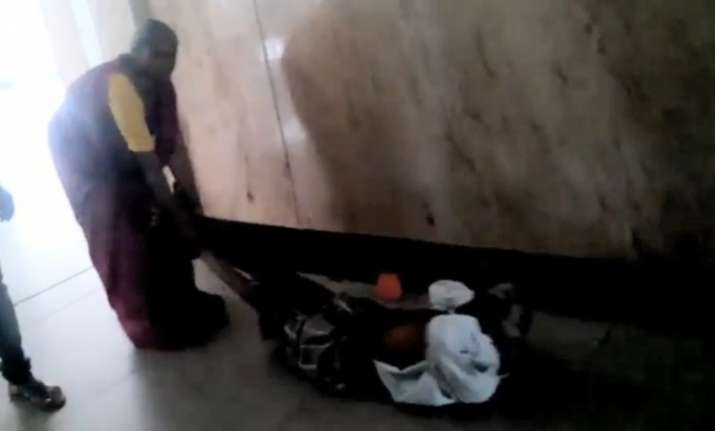 karnataka hospital woman drags husband