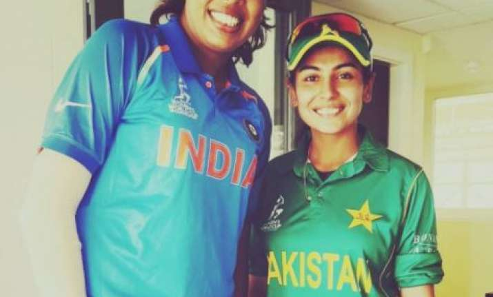Pakistan pacer Kainat Imtiaz with India's Jhulan Goswami