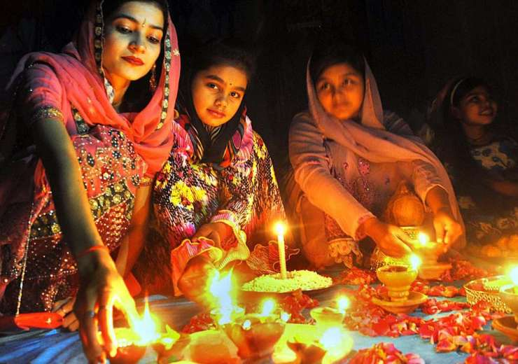 essay on diwali festival of lights Diwali is the festival of lights which falls in the month of 'ashwin' according to hindu calendar 'deepawali' in hindi means a row of diyas almost every house and street is decorated with lamps, and lights on the day of diwali diwali is a.