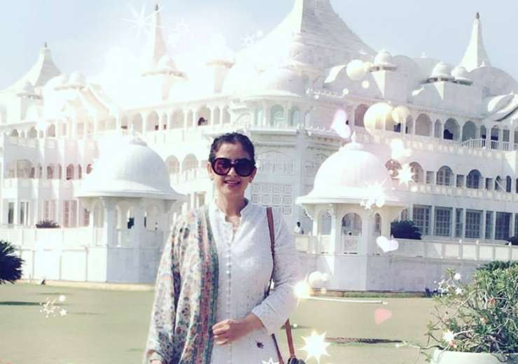 Dressed in a simple white traditional attire, Manisha Koirala wins our hearts. - India Tv