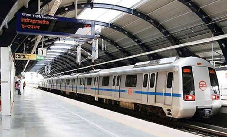 Delhi Metro runs with door open