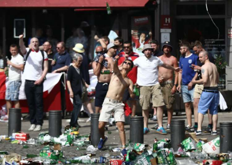 Fans of England and Russia got into a fight in Marseilles on the eve of the teams meeting 06/11/2016 15