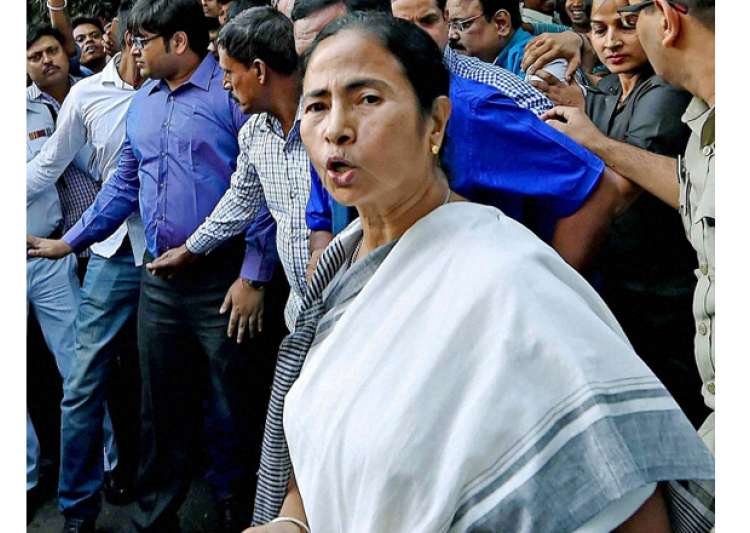Mamata Banerjee interacts with the people in front of RBI