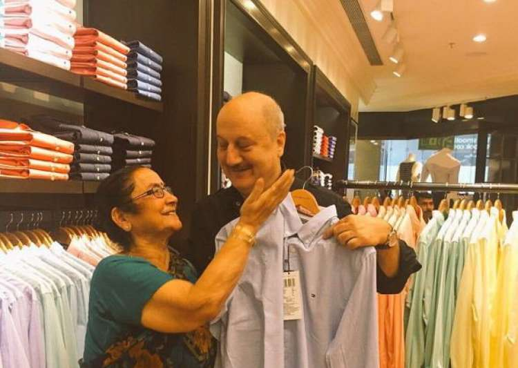 Anupam Kher did this amazing thing for his mother! Have a