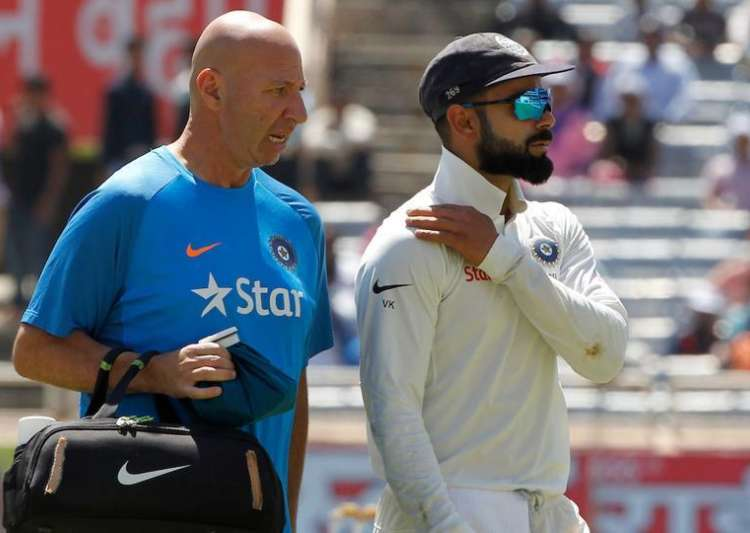 Virat Kohli walks off the field after suffering shoulder- India Tv
