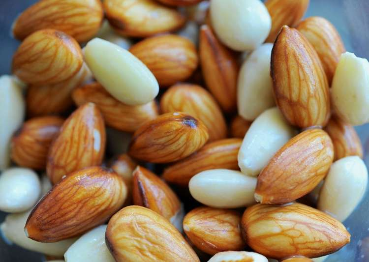 17 Best Benefits Of Soaked Almonds For Skin, Hair And Health