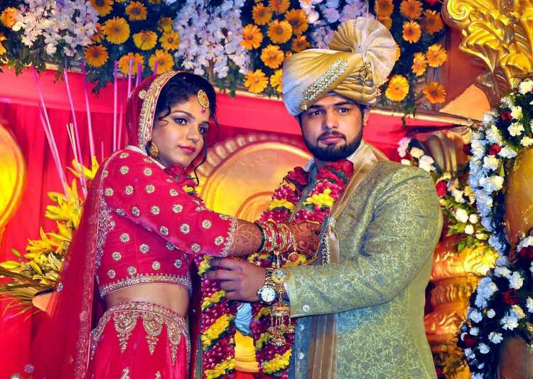 Rio-star Sakshi Malik ties knot with wrestler Satyawart- India Tv