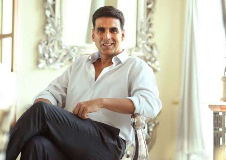Akshay Kumar digs toilet in Madhya Pradesh - India Tv