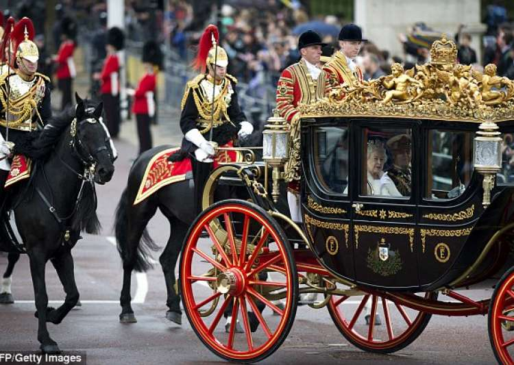 Donald Trump wants gold-plated carriage ride with Queen- India Tv