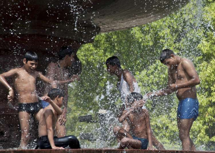 Youngsters splash water at a fountain near India Gate to- India Tv