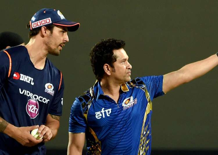 Mumbai Indians mentor Sachin Tendulkar with team player- India Tv