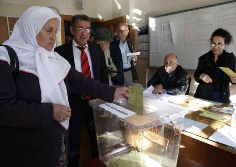 Turkish opposition complains of 'illegal acts' in referendum