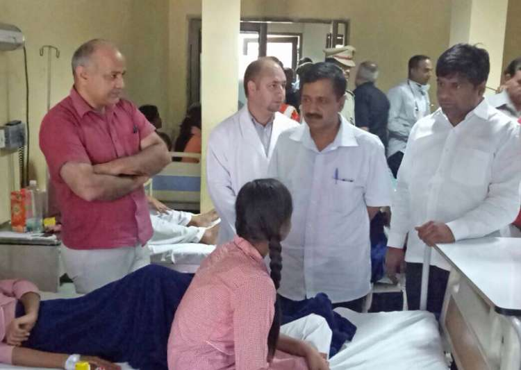 Kejriwal, Sisodia meeting students at one of the hospitals- India Tv