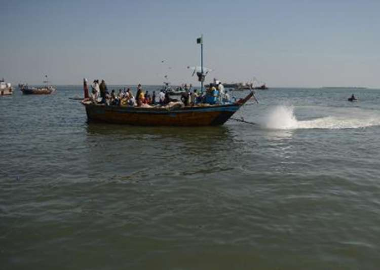 BSF nabs 6 Pak fishermen from Sir Creek in Kutch - India Tv