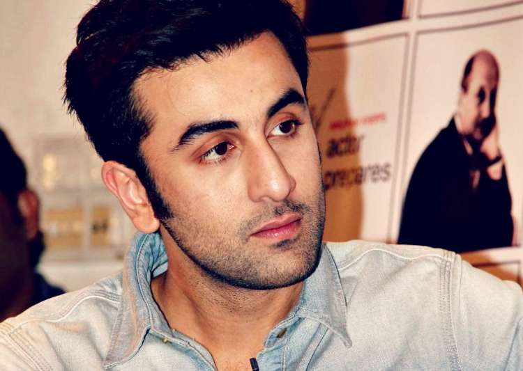 Ranbir kapoor gets intimate with mystery girl