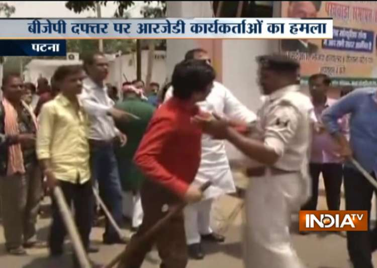 After I-T raids on Lalu Yadav, RJD workers attack BJP- India Tv