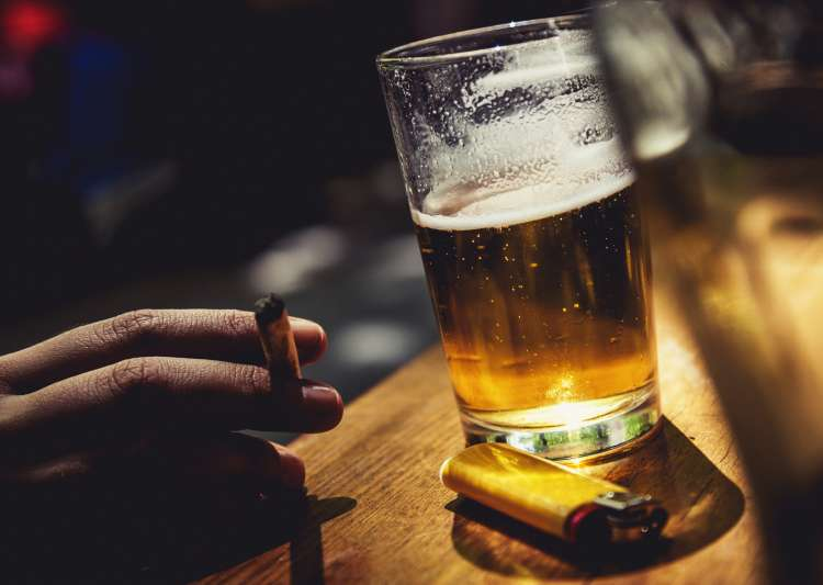 Alcohol Vs. Cigarettes: Which is more dangerous? - India Tv