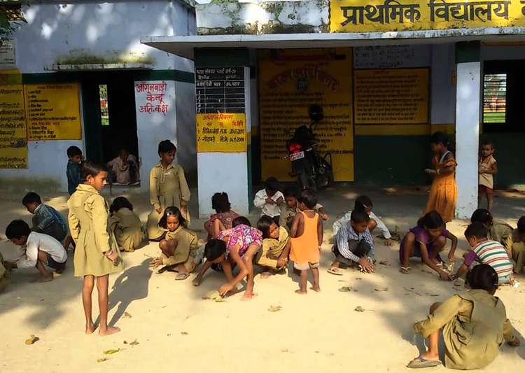 1,366 schools in UP running without proper buildings, says- India Tv