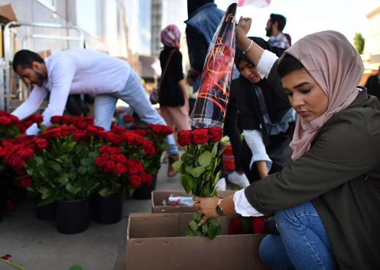 British Muslims hand out 3,000 roses at London Bridge after