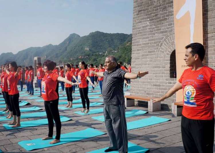 Indians and Chinese practice yoga at Great Wall- India Tv