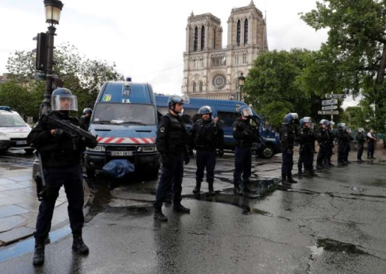 French police shoot attacker outside Notre Dame in Paris