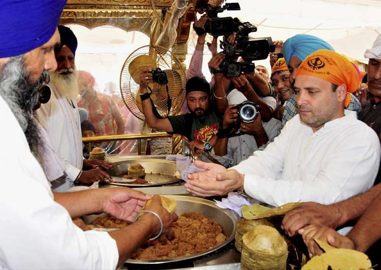 Rahul Gandhi receiving 'parsada' durinh a visit to Golden- India Tv