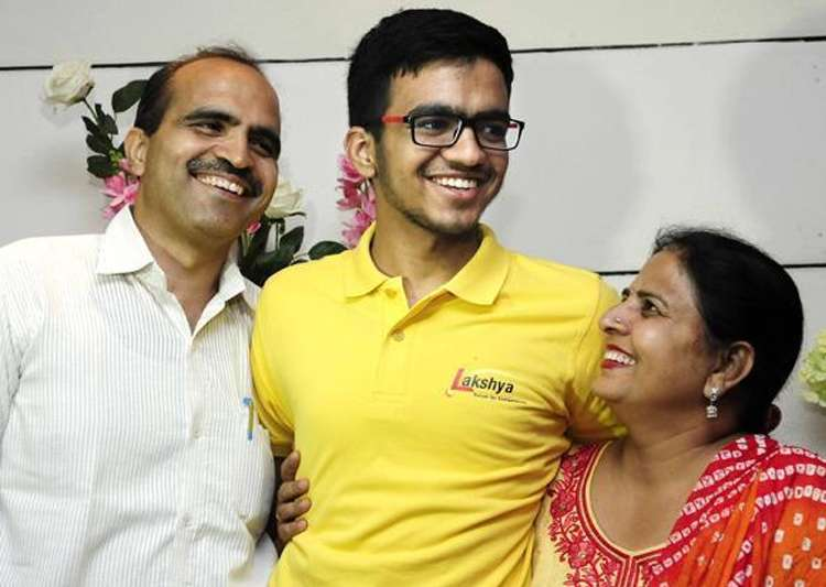 IIT-JEE topper Sarvesh Mehtani with his parents - India Tv