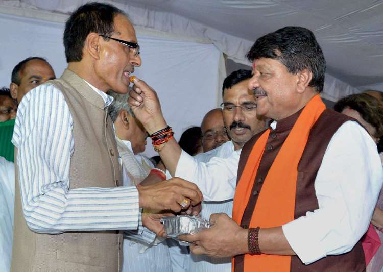 Kailash Vijaywargiya offers sweet to Shivraj Singh Chouhan- India Tv