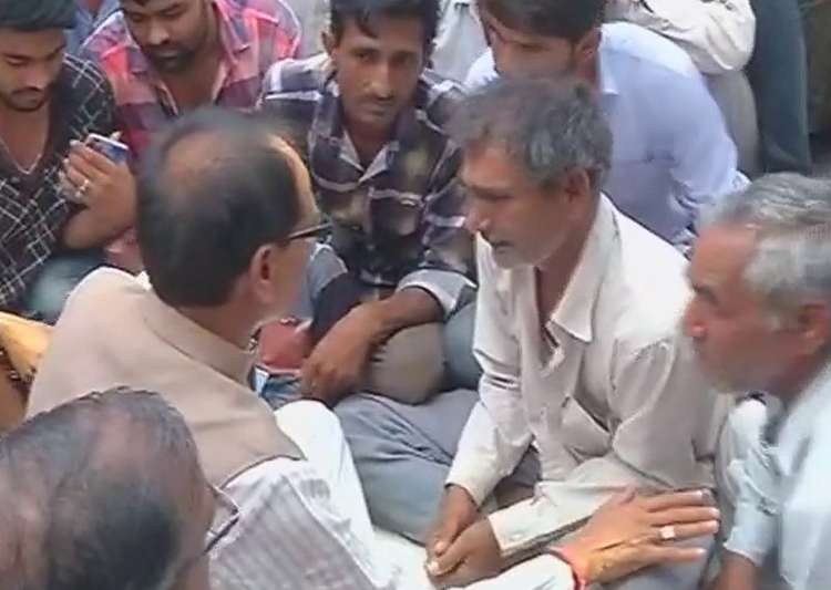 Shivraj Singh Chouhan meets families of victims of police- India Tv