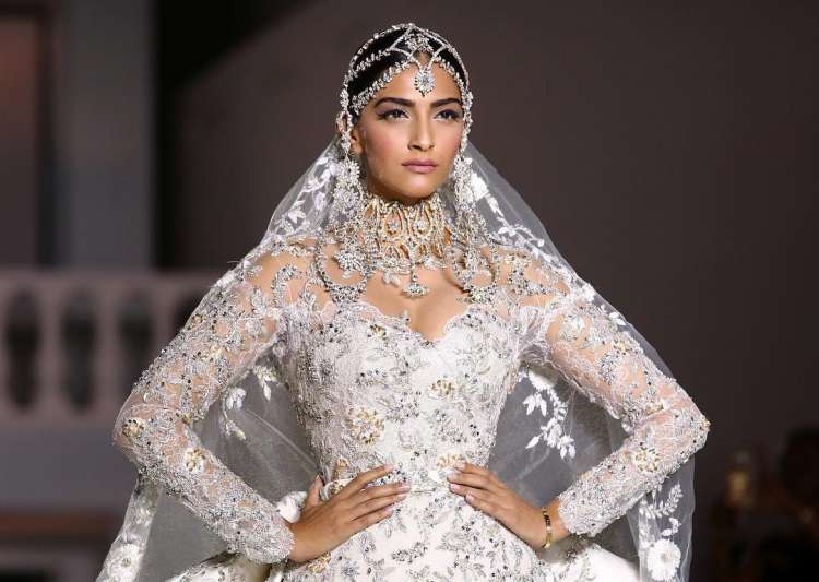 SEE PICS : Sonam Kapoor into a white heavenly princess!