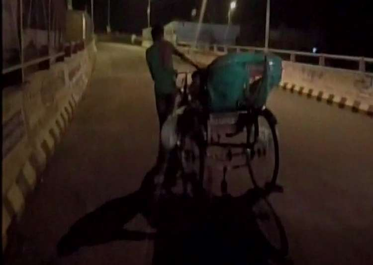 Family carries body on rickshaw after being denied ambulance- India Tv