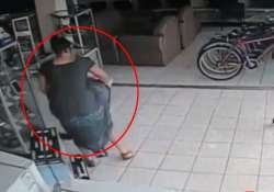 caught on cam lady steals plasma tv from store in 13 seconds
