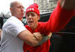 egomaniac bieber forces his videos on entourage