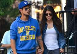 taylor lautner and marie avgeropoulos break up