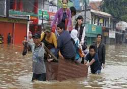 indonesia floods displace over 34 000 people