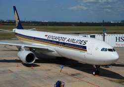 singapore airlines flight fails mid air descends by 13 000