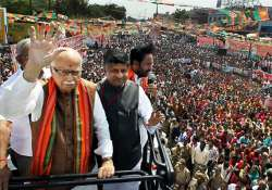 advani says govt is paralyzed