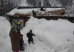 army rescues four kashmiris trapped in snow