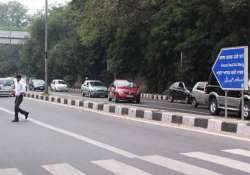 stretch on asaf ali road to carry one way traffic