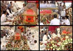 pm sonia lead thousands in paying homage to sathya sai