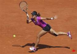 defending champion li makes 2nd round at french open