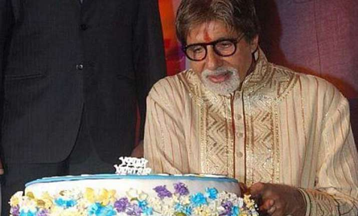 coolies celebrate amitabh bachchan s birthday