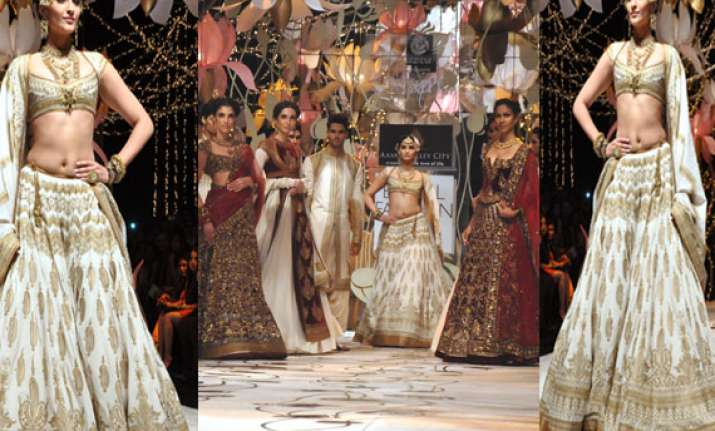 indian bridal fashion week sonam kapoor turns into a
