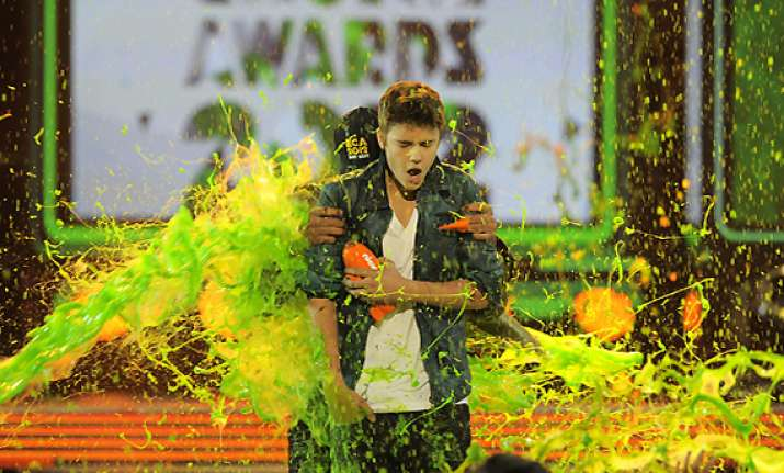 bieber berry slimed at kids choice awards