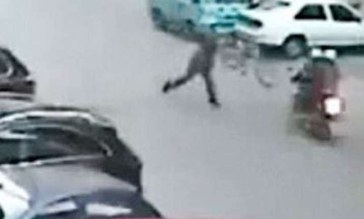 man in china throws cycle at robbers to catch them